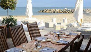 Restaurant le Poisson Rouge, table dressée avec un accès direct sur la plage