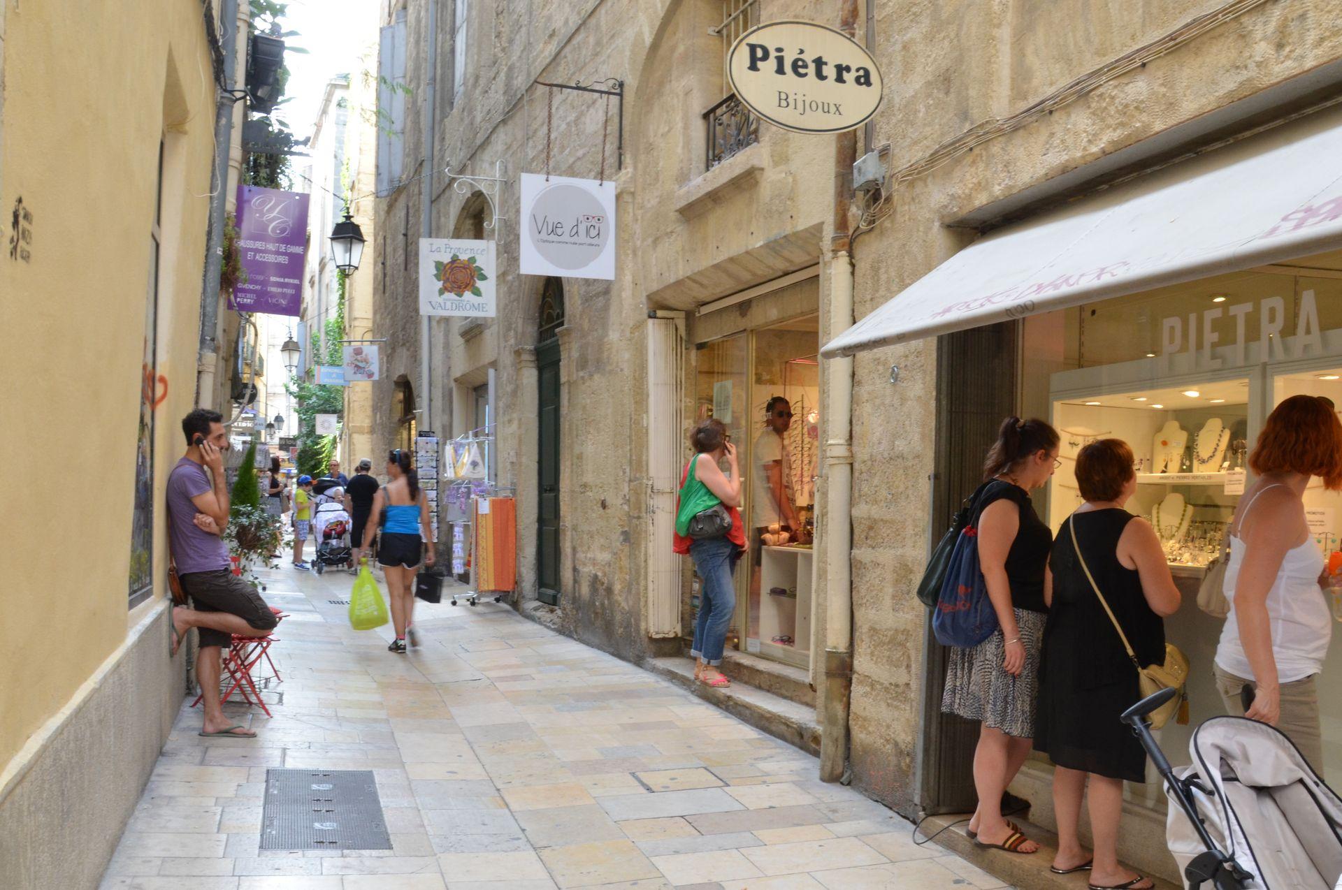 Ruelle commerçante dans l'Ecusson à Montpellier