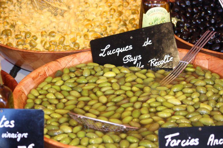Olives Lucques du Languedoc sur un marché de l'Hérault