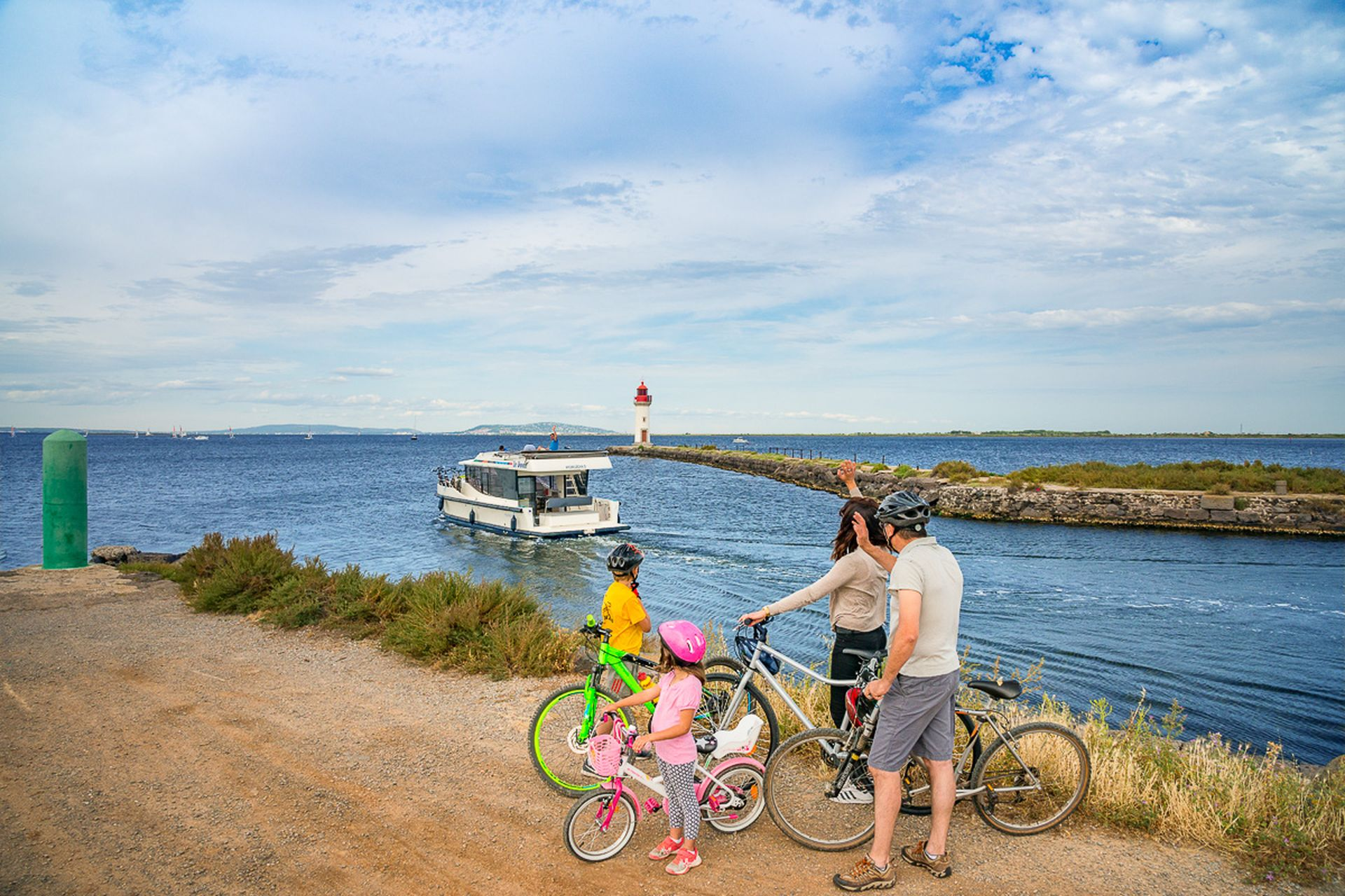 Balade en vélo en famille à Marseillan à l'embouchure du Canal du Midi avec les caves Richemer