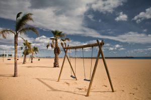 Valras-Plage, plage avec balançoise et palmiers