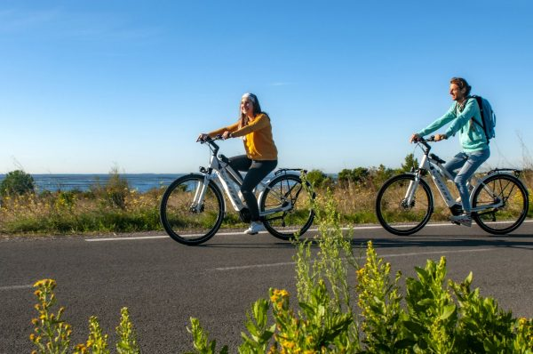 Couple de jeunes en vélo électrique sur la voie verte à Loupian