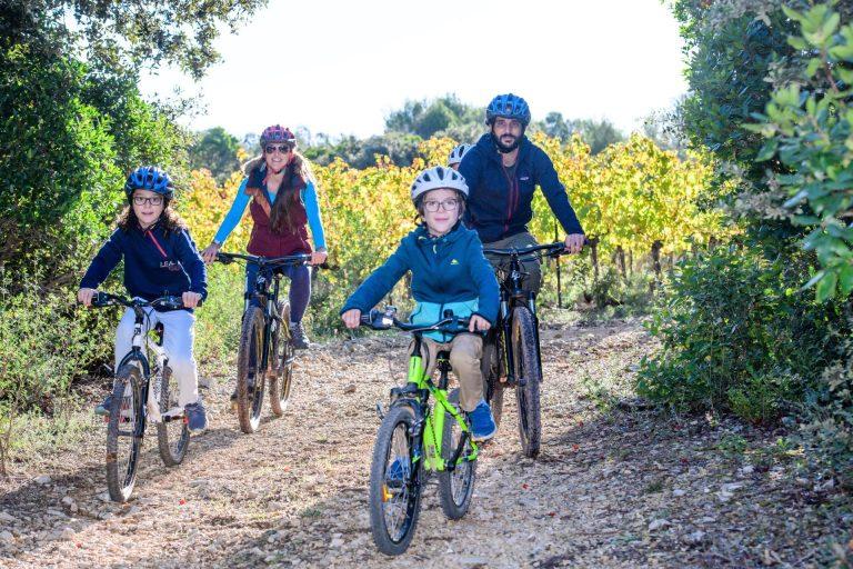 Famille à vélo dans le vignoble du Mas Daumas Gassac