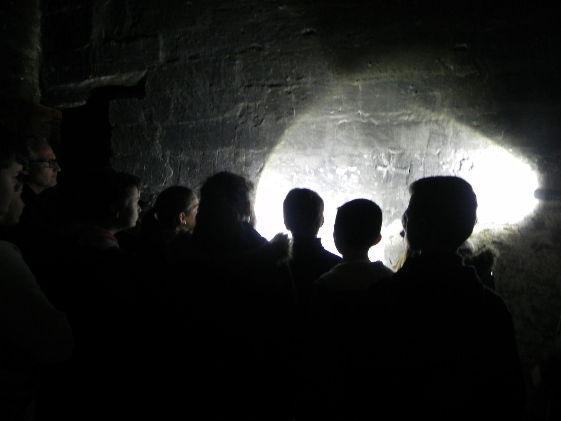Musée de lagroupe d'enfants en visite à la Tour des Prisons à Lunel