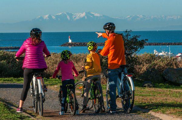 Plage de la Grande Conque Cap d'agde, famille à vélo regardant l'horizon