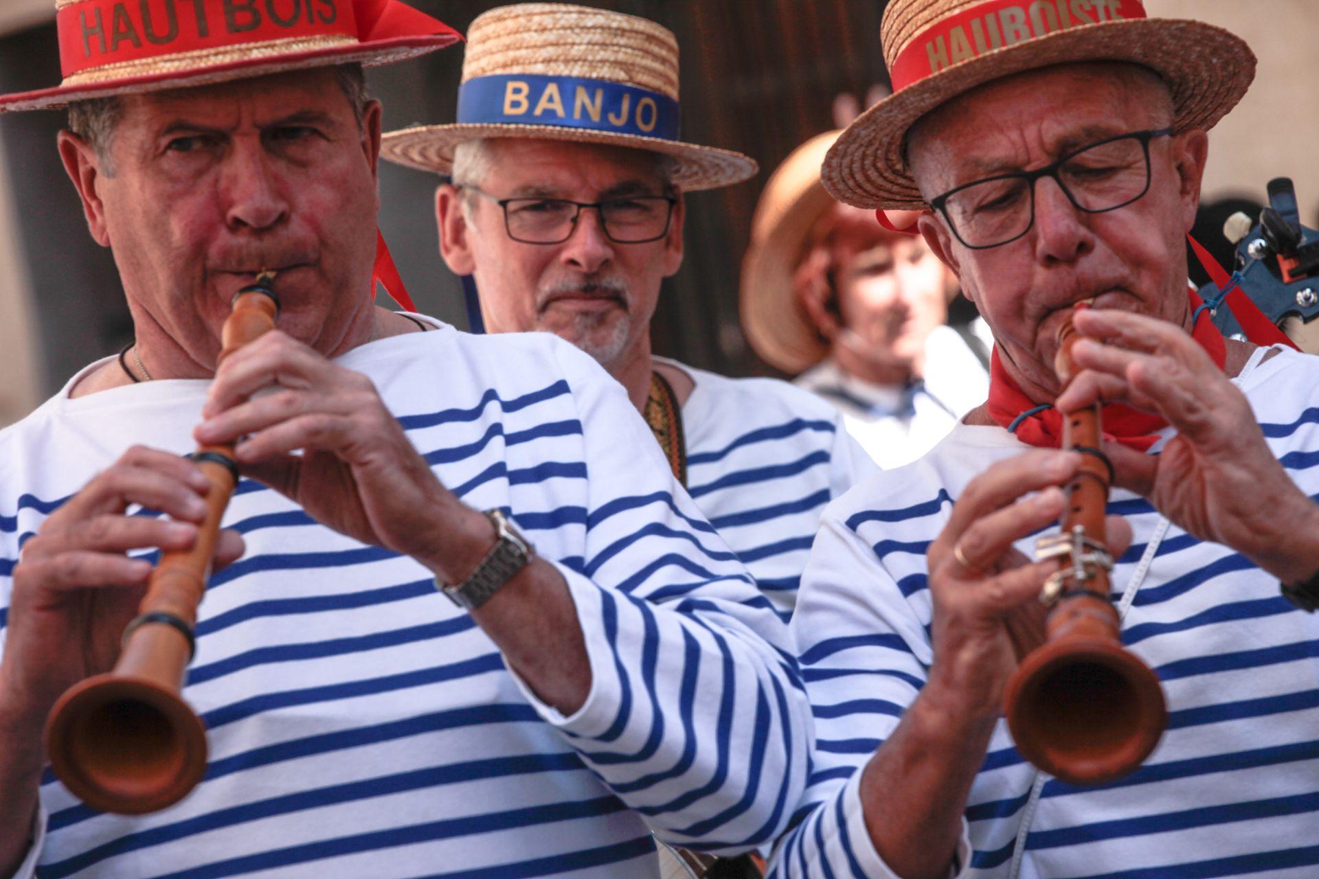 Jeuniors qui jouent de la flute à la Fête de la mer à Frontignan