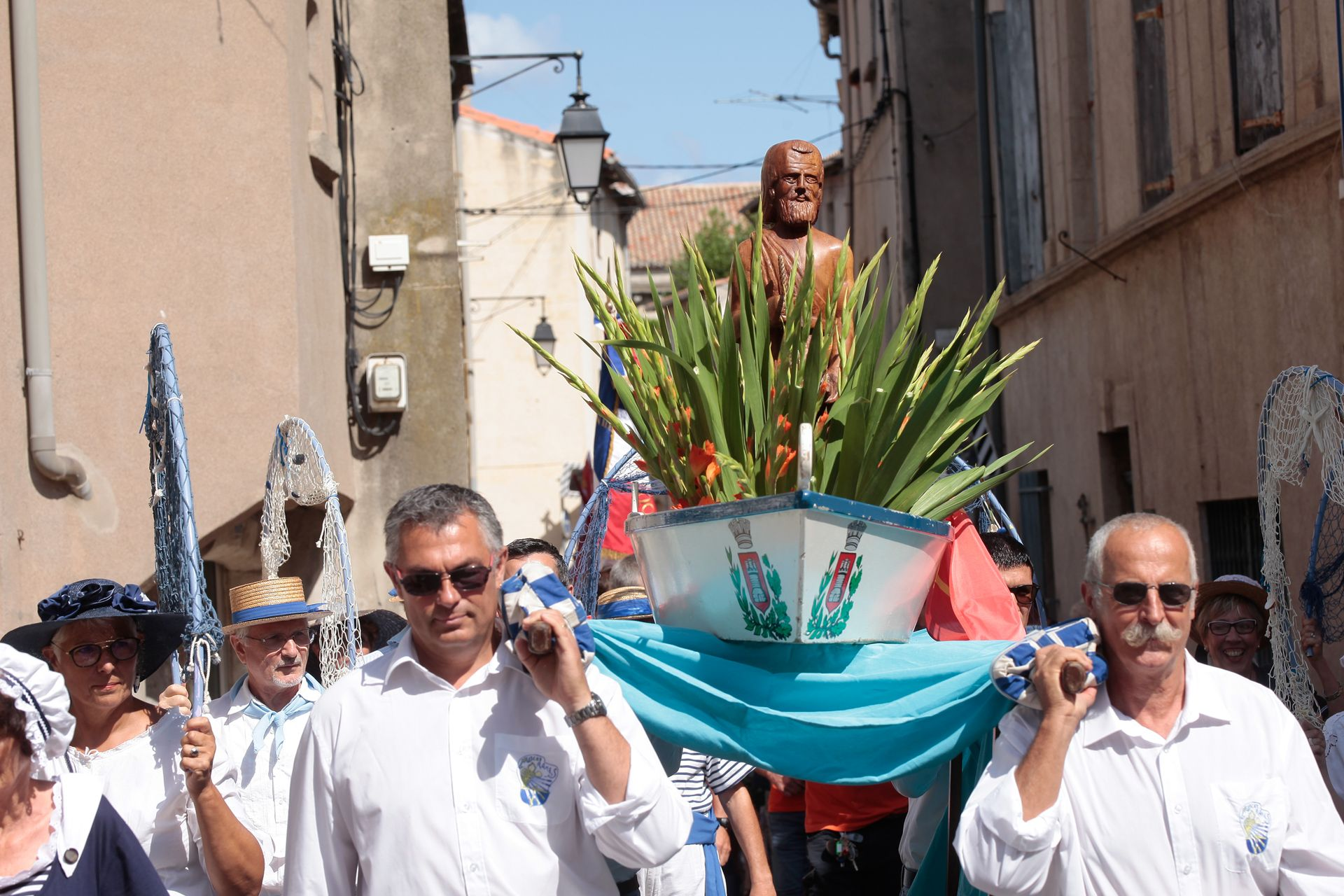 Procession à la Fête de la mer à Frontignan - jeuniors qui portent une barque avec la statue de Saint-Pierre