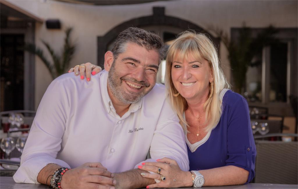 Le chef et son épouse souriant, vous accueillent au Bistrot d'Hervé à Agde