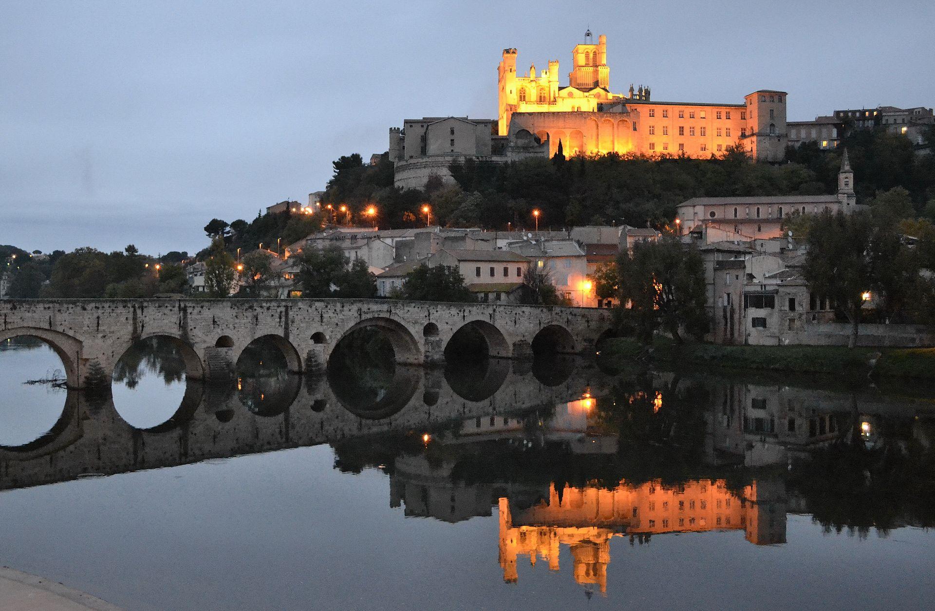 Cathédrale St Nazaire et Pont neuf à la tombée de la nuit à Béziers