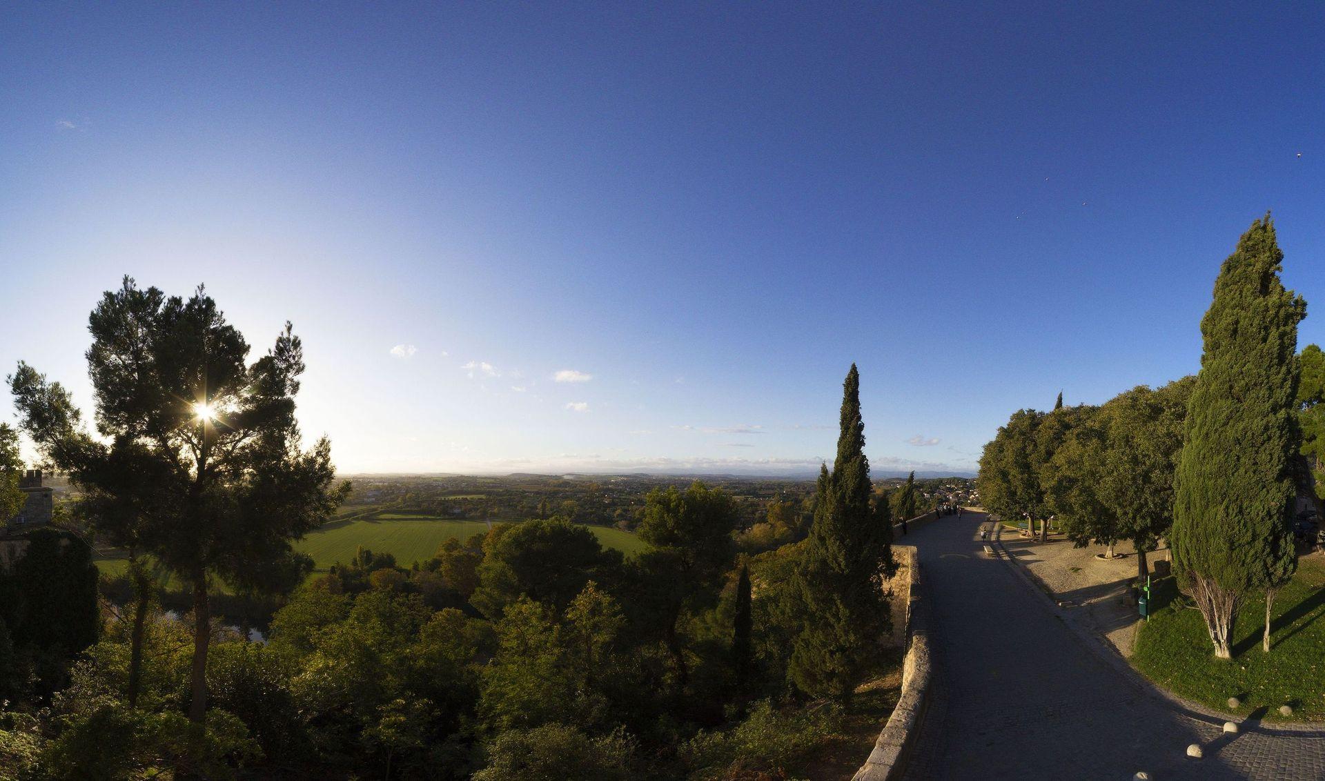 Vue sur la plaine languedocienne depuis le parvis de la cathédrale Saint Nazaire à Béziers
