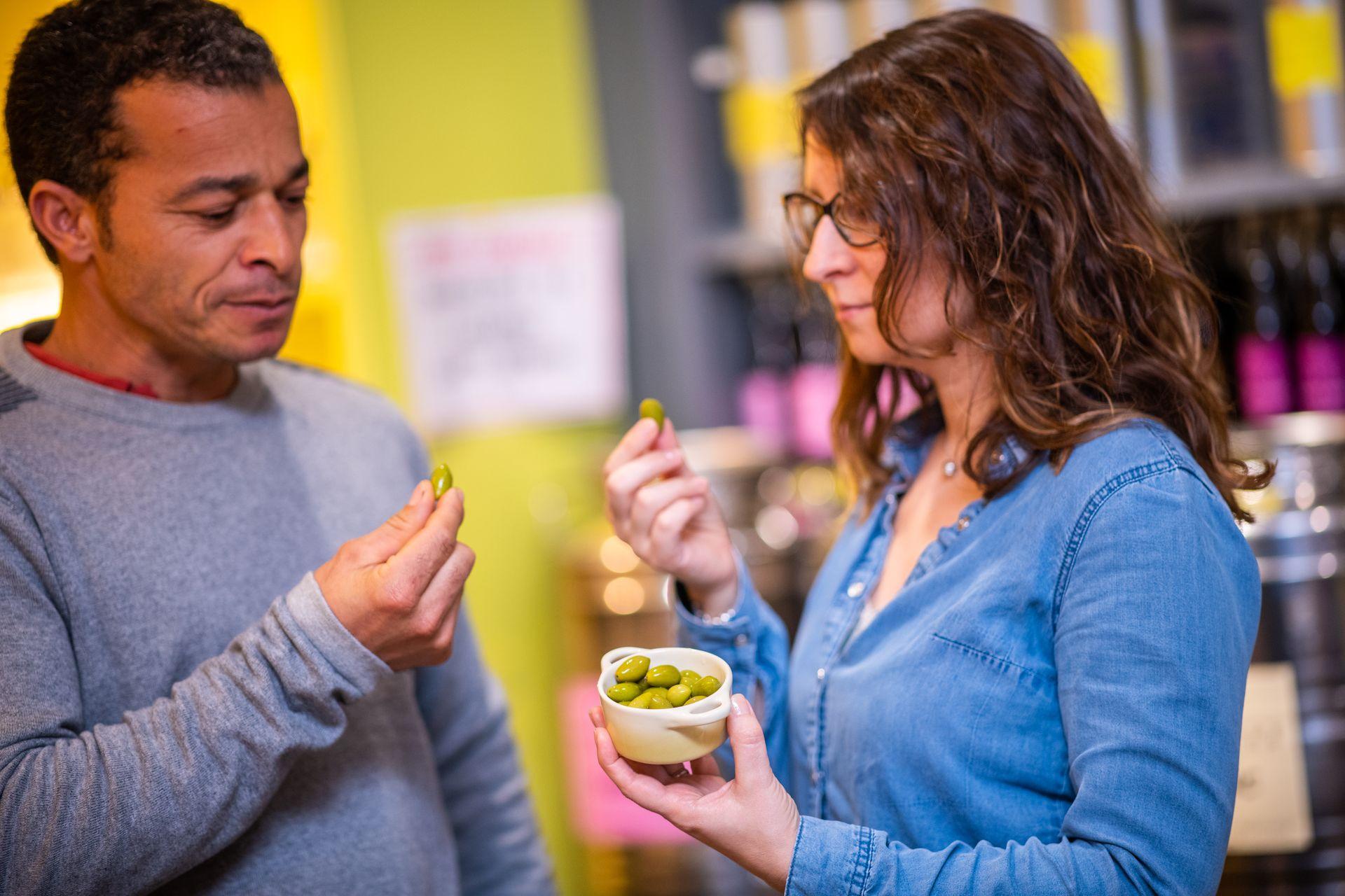 Couple qui déguste des olives à laBoutique Terroir Domaine de l'Oulivie