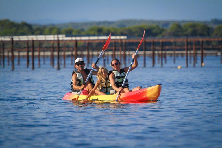 Canoe en famille sur l'étang de Thau au milieu des parcs à huîtresavec Kithau