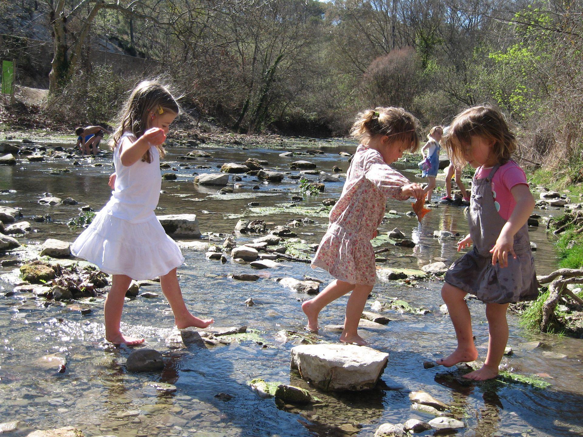 Enfants qui jouent les pieds dans le lez au Domaine de Restinclières