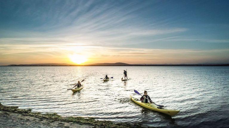 Canoë sur l'étang de l'Arnel au coucher de soleil