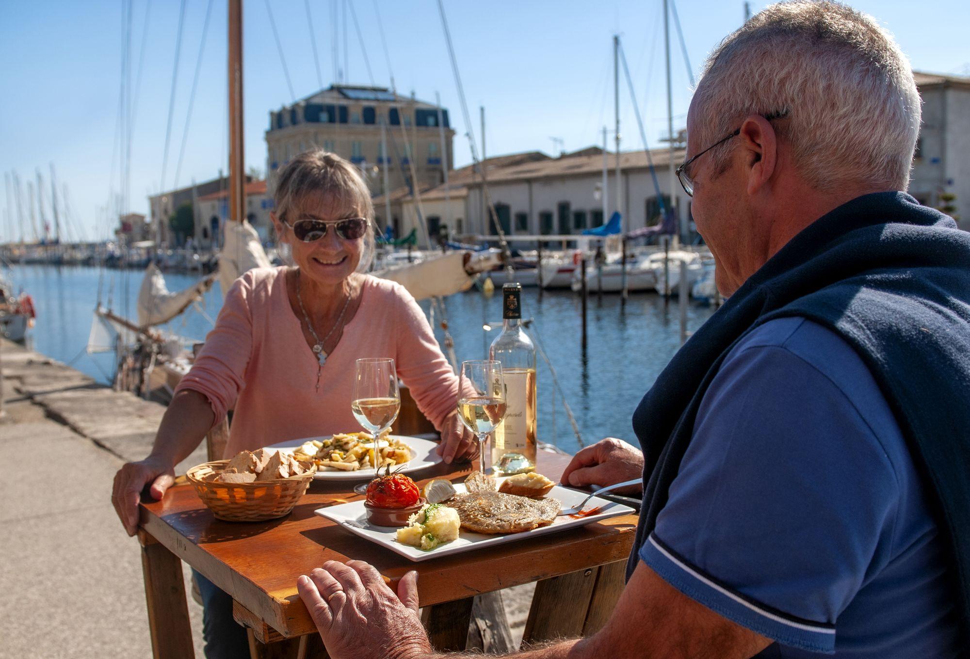 Couple en terrasse au Restaurant la Taverne du port à Marseillan