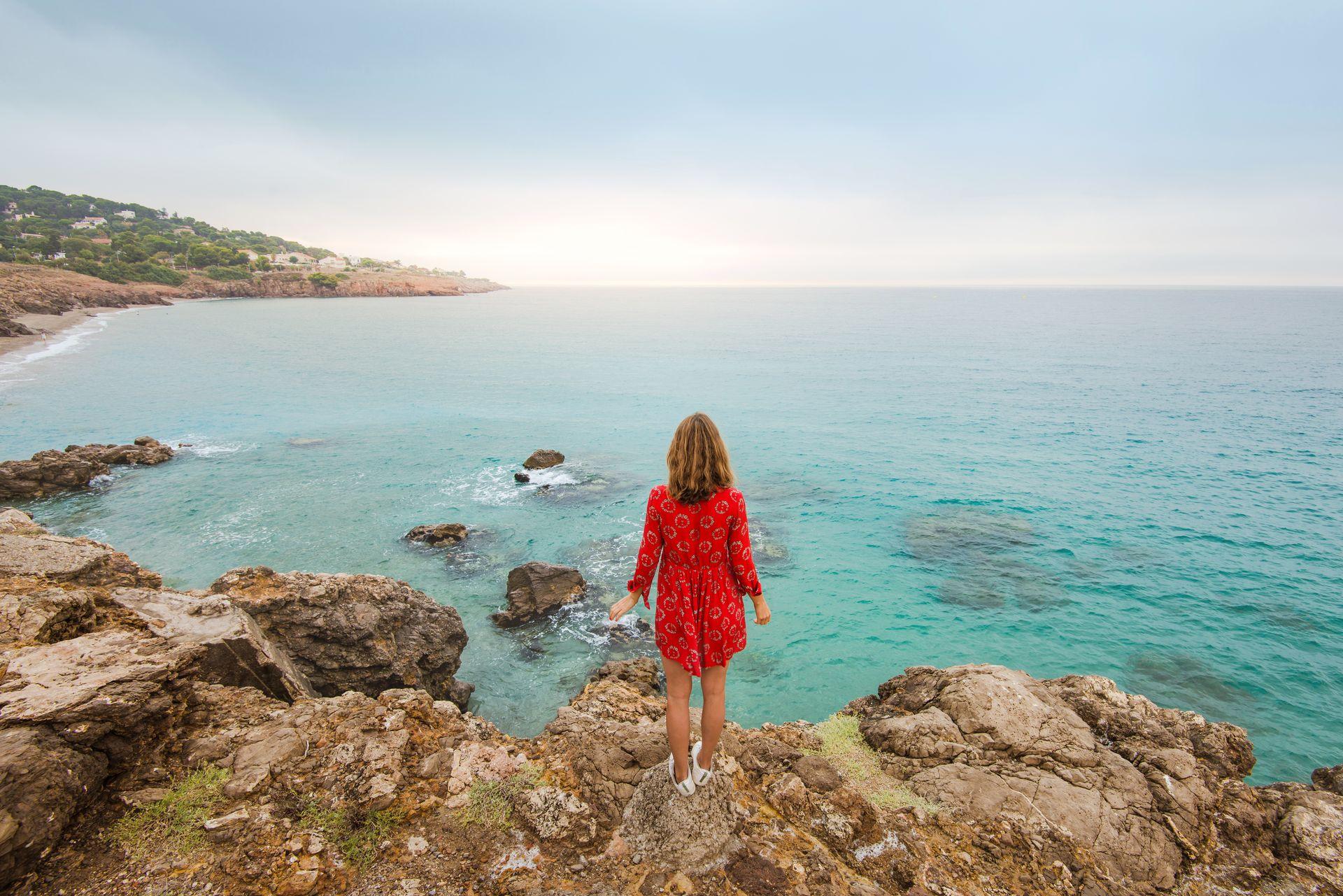 Jeune femme avec Vue de la Corniche à Sète