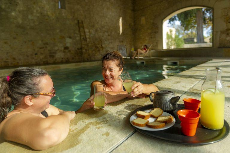 Doamine de la Grande Sièste à Aniane, moment de détente dans une piscine pour deux amies