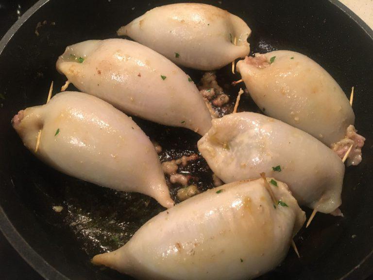 Encornets farcis en début de cuisson dans une sauteuse