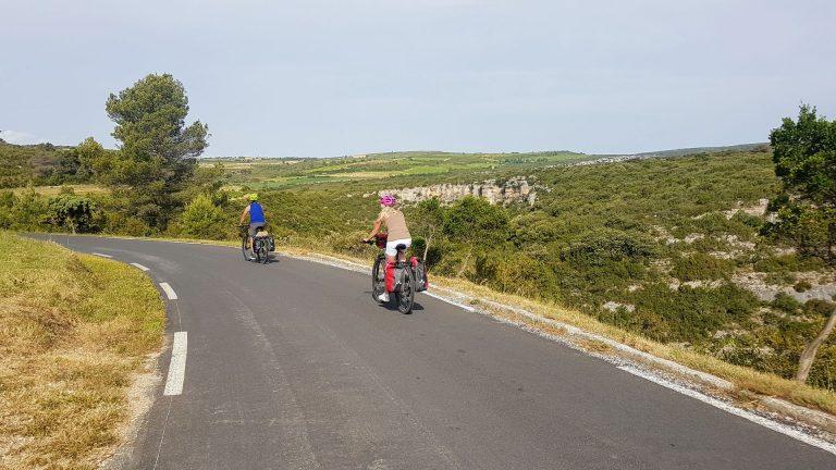 Couple à vélo sur la boucle cyclo 12 à Minerve