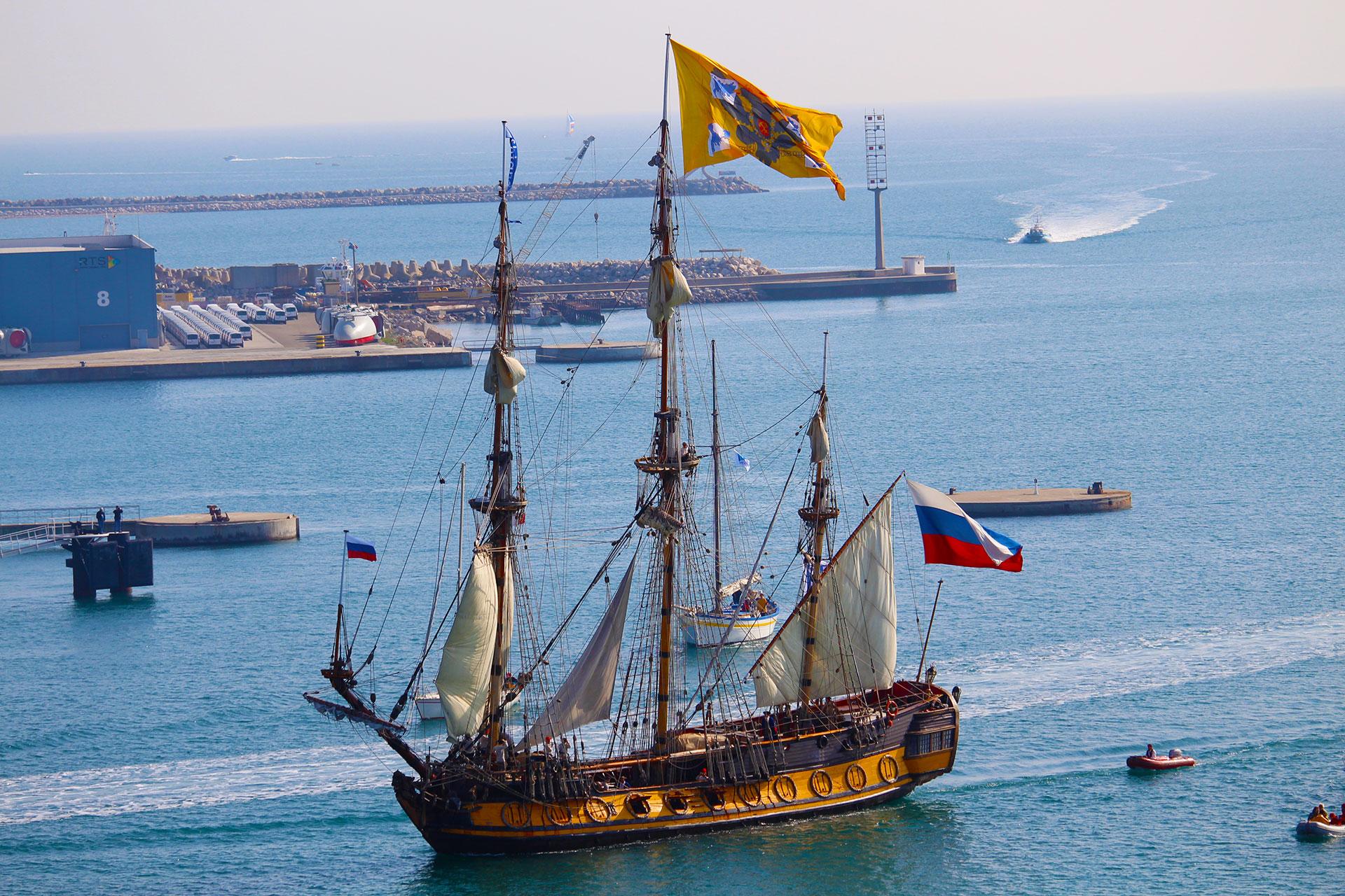 Beau et grand voilier dans le port de Sète dans le cadre d'Escale à Sète