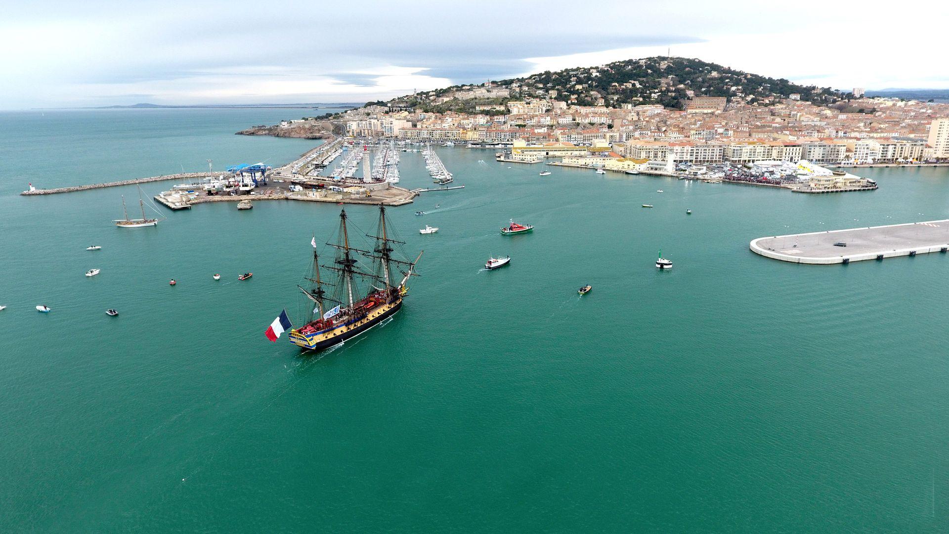 Grand voilier ancien et autres bateaux avec la ville de Sète en arrière plan dans le cadre du festival Escale à Sète
