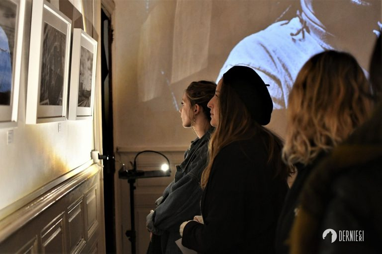 groupe d'amies qui découvrent l'expo photo du Festival Dernier Cri