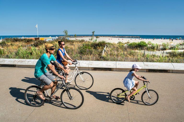 Balade en vélo en famille sur le Lido à Sète