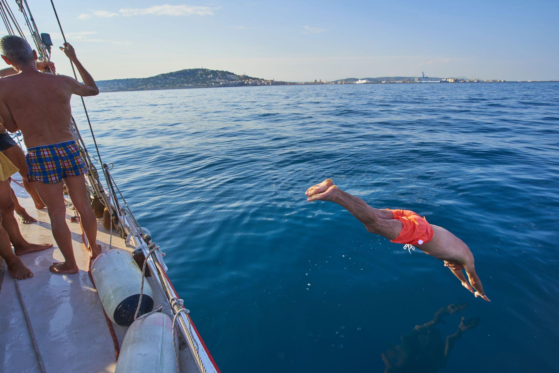 Plongeon d'un bateau sur l'étang de Thau avec vue sur Sète