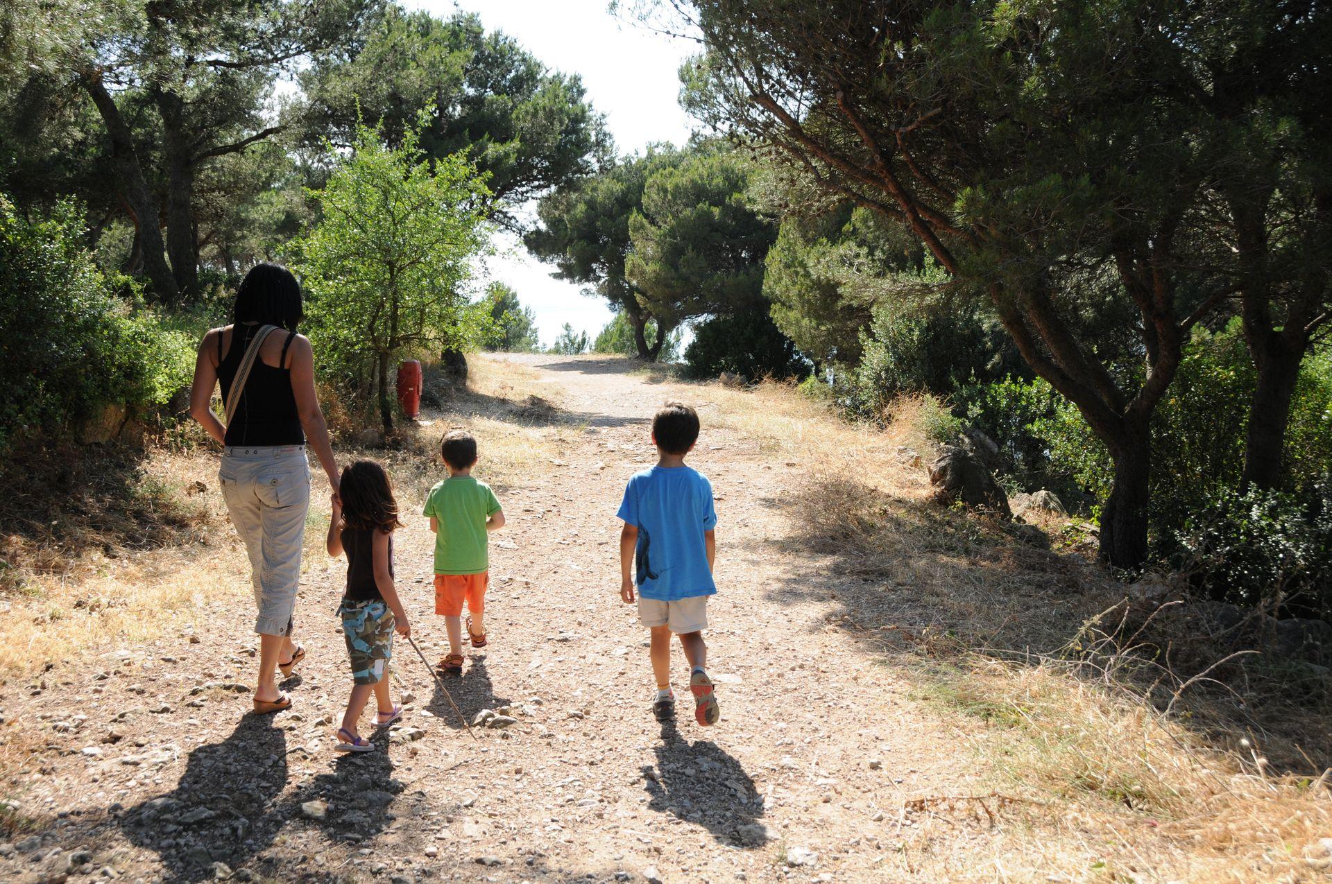 Famille en balade à la forêt des Pierres Blanches à Sète