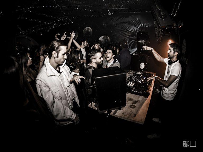DJ qui mixe devant des gens qui dansent dans une salle de concert pour le Festival Dernier Cri à Montpellier