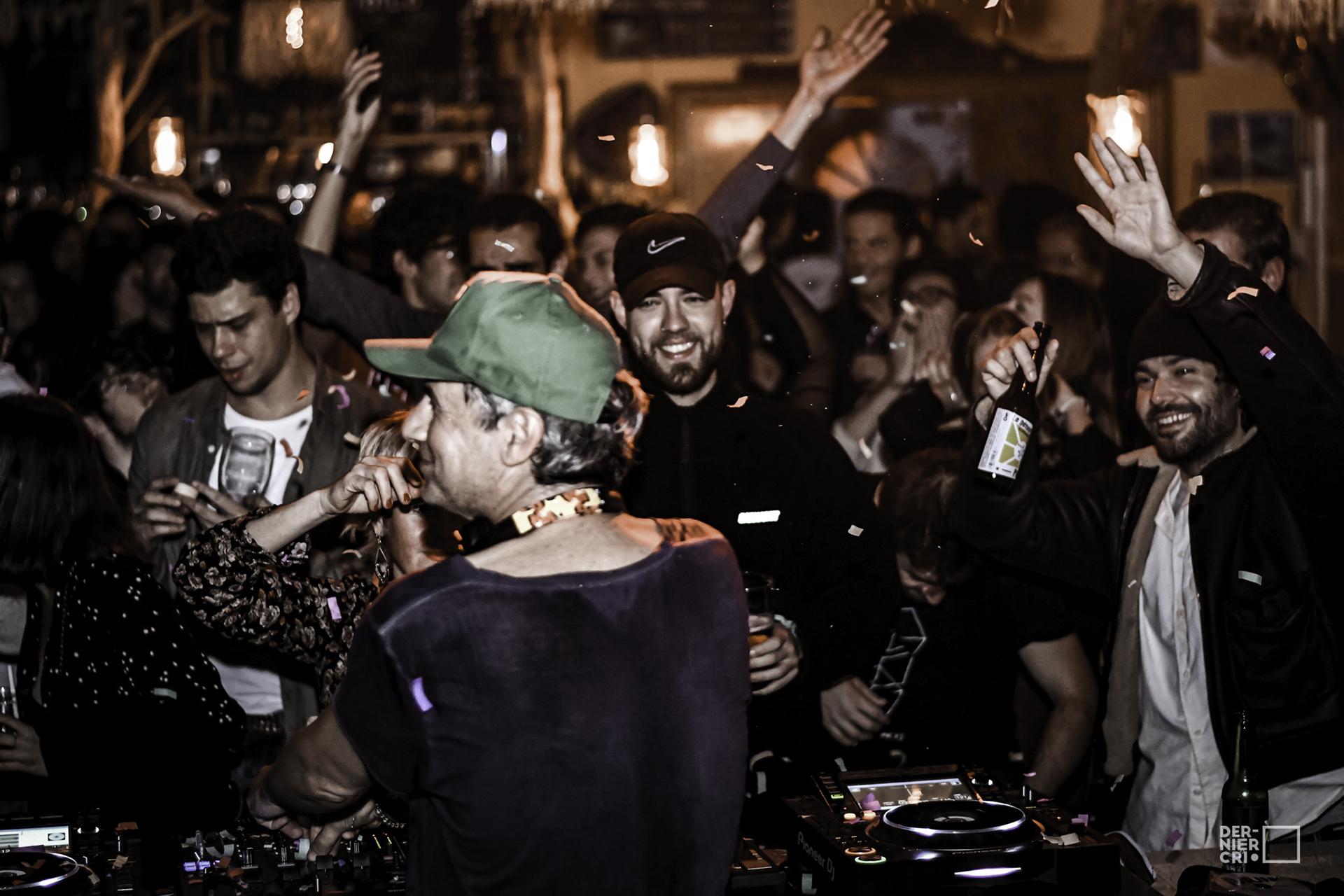 DJ qui mixe devant des gens qui dansent pour le Festival Dernier Cri à Montpellier