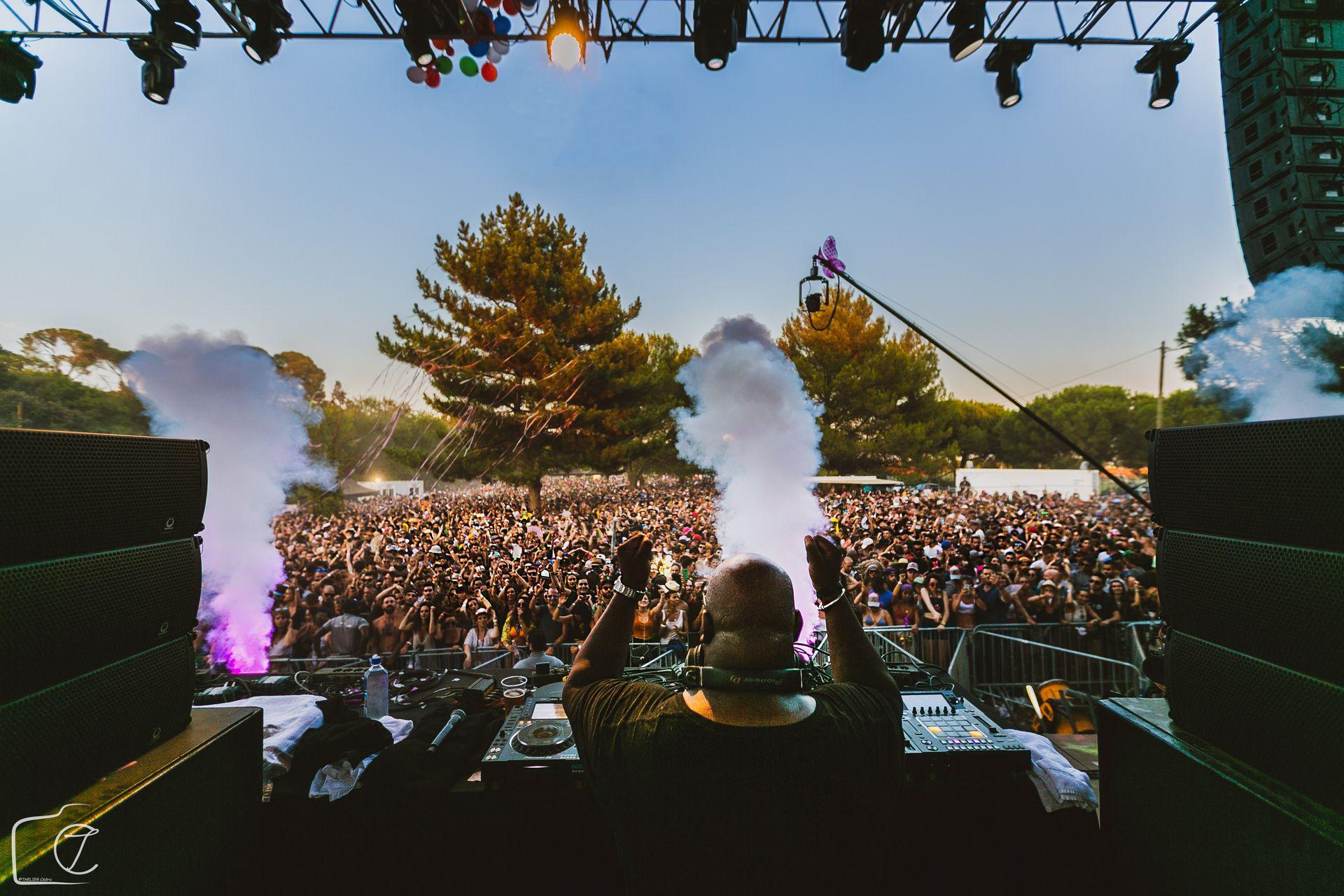 DJ qui mixe en journée pour le Festival Family Piknik au Domaine arboré de Grandmont à Montpellier devant une foule de festivaliers