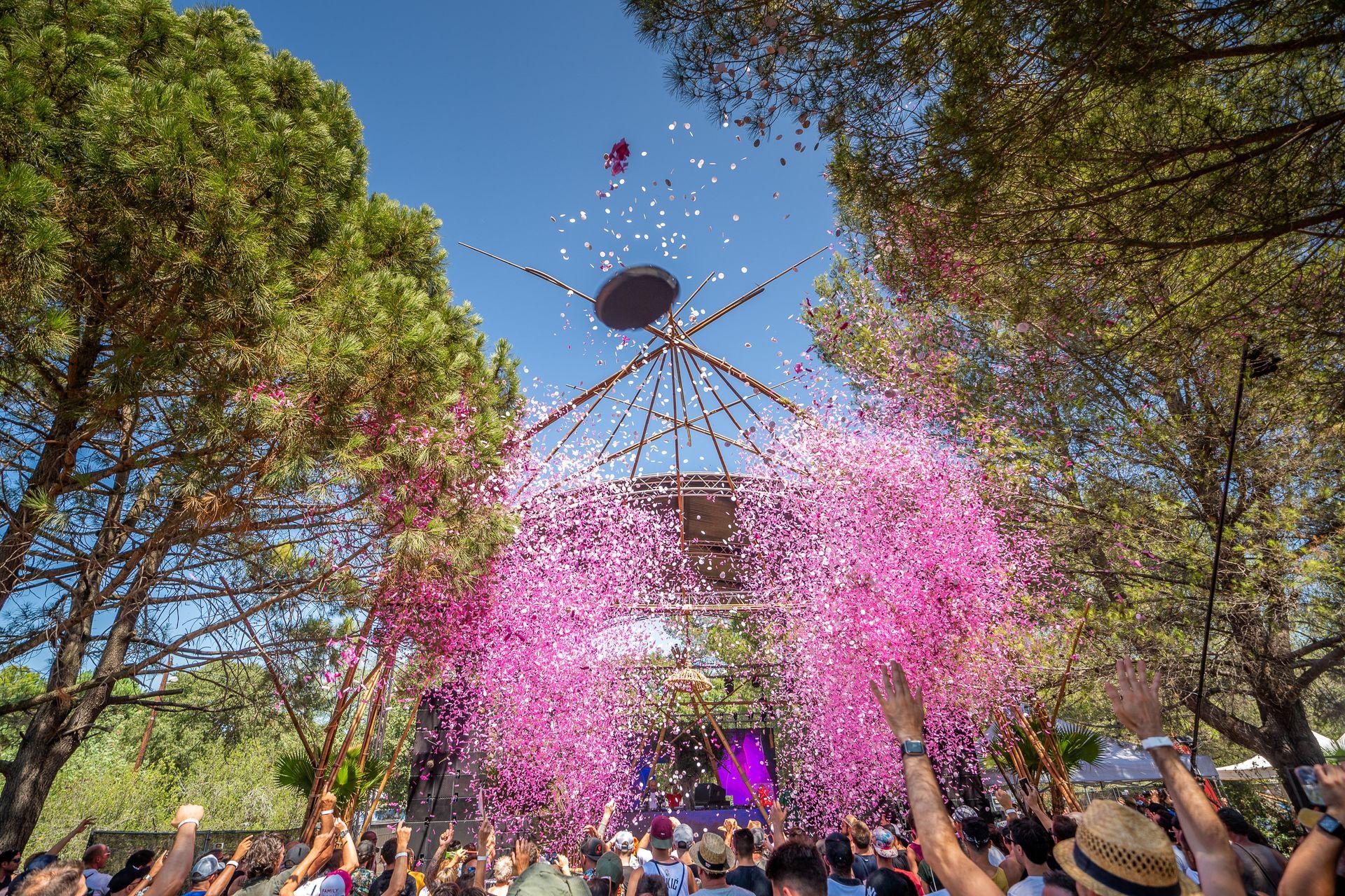 Jet de confettis roses au milieu des pins et des festivaliers du Festival Family Piknik au Domaine de Grandmont à Montpellier