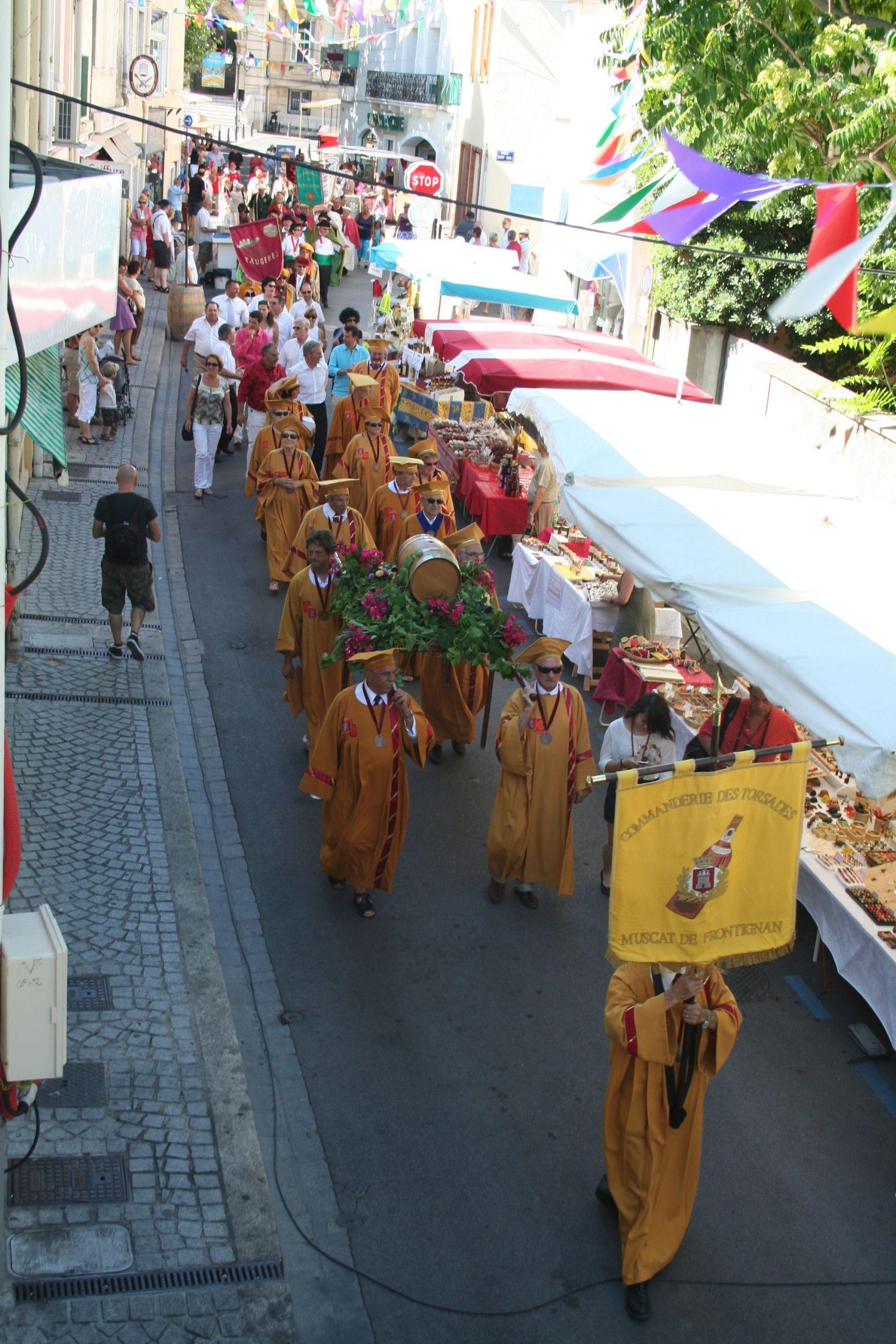 Troupe qui défile à la Fête du Muscat à Frontignan