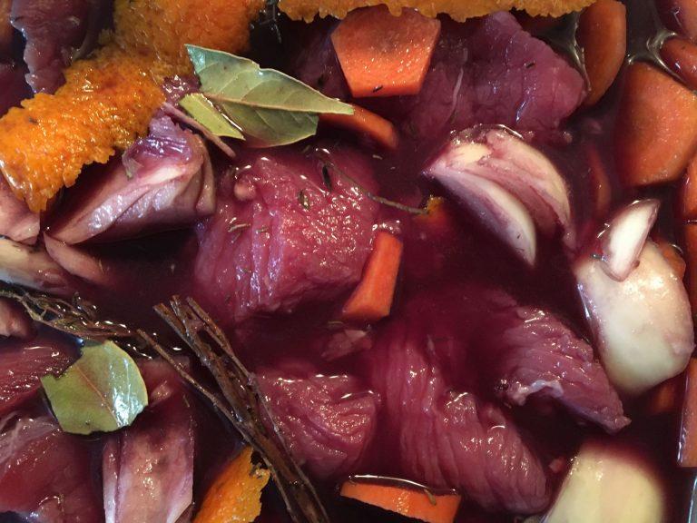 Taureau en train de macérer avec vin rouge, carottes, écorce d'orange, oignons, laurier, thym