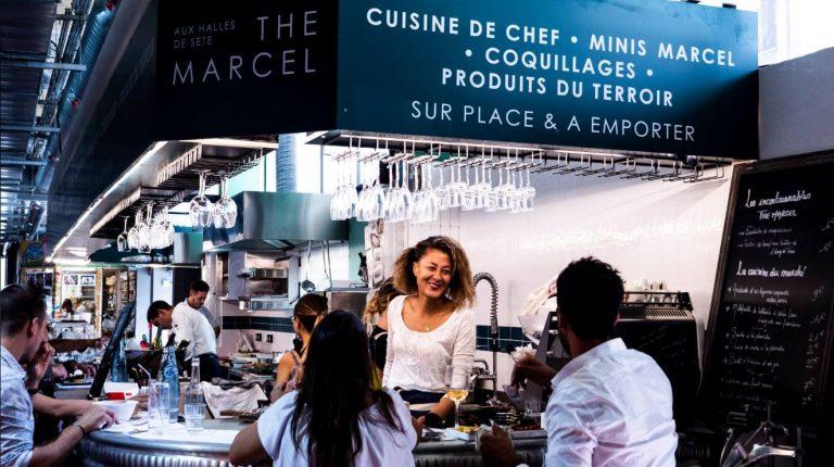 Couple au comptoir du restaurant Le Marcel à Sète
