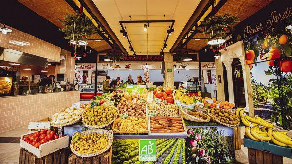 étal de fruits et légumes aux Halles Plaza