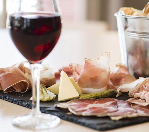 Tapas et verre de vin