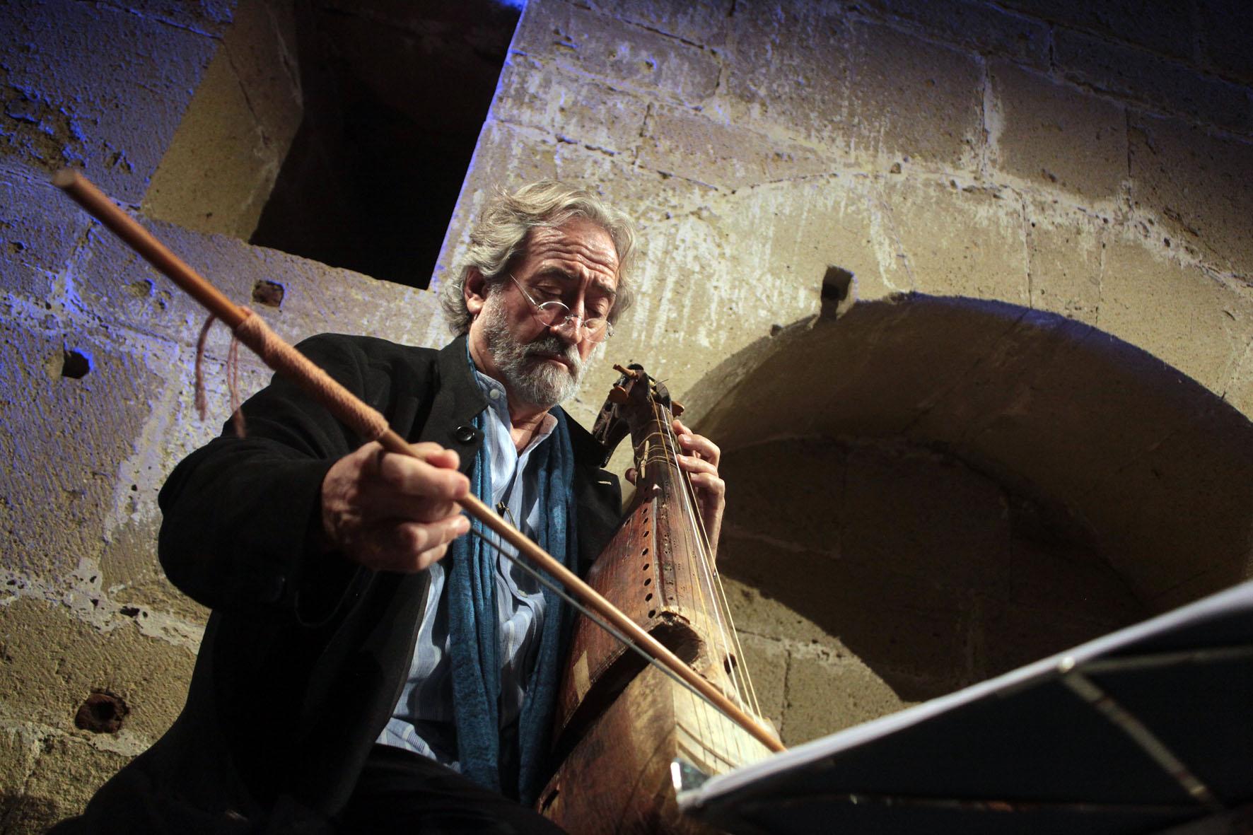 Musicien Jordi Savall dans la Cathédrale de Maguelone pour le Festival de musiques anciennes