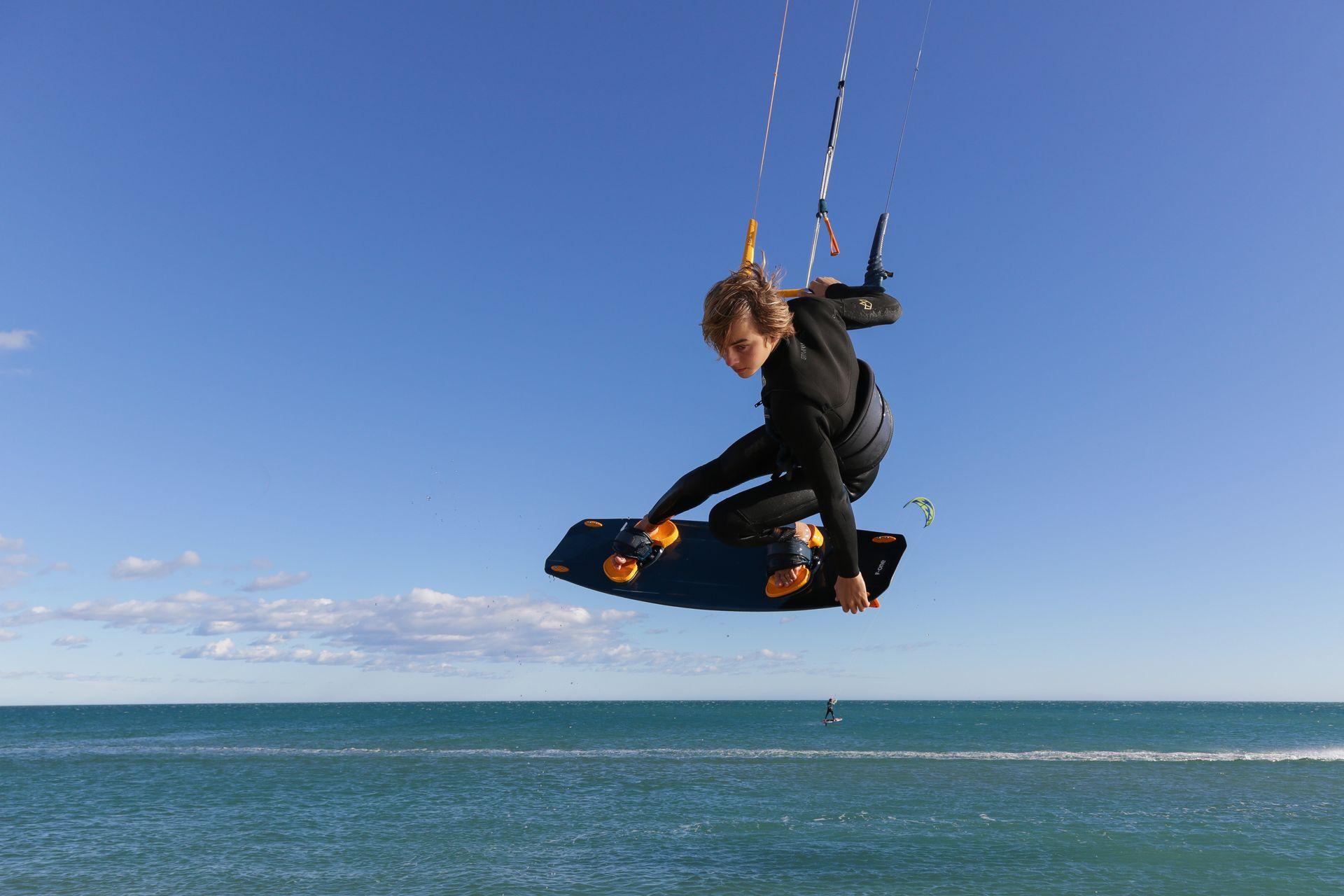 Kitesurfeur en plein saut
