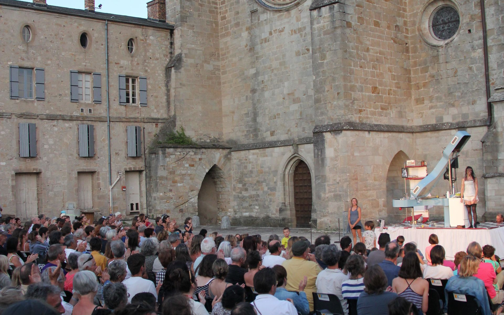 Spectacle la Cuisinière devant la cathédrale Saint Fulcran de Lodève dans le cadre du Festival Résurgence