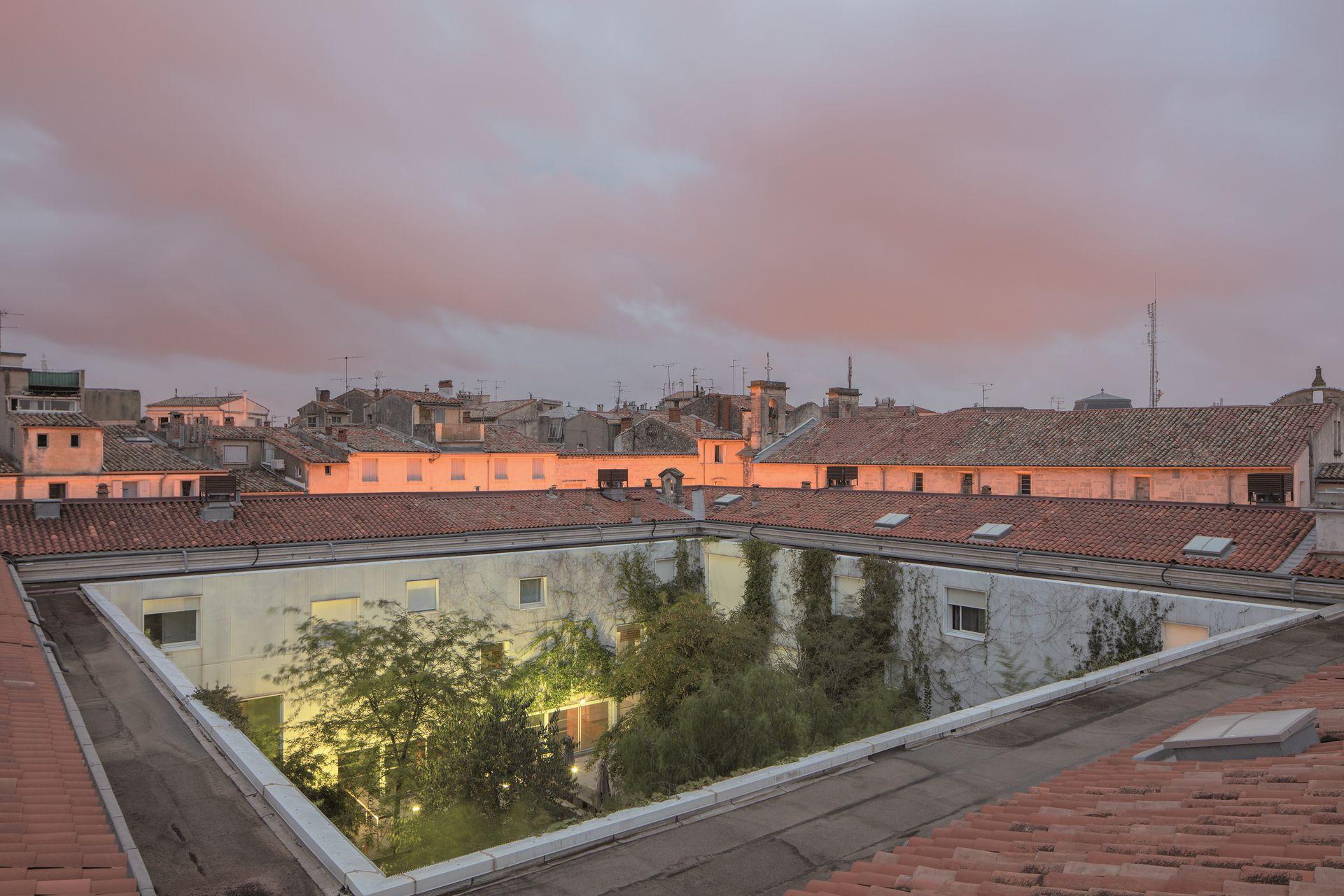 Vue des toits de la Panacée vers le patio qui est au centre du bâtiment
