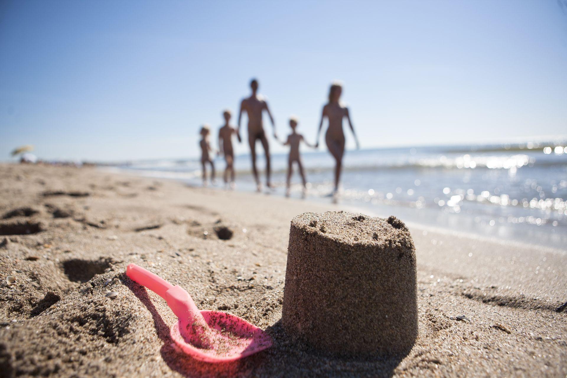 Famille à la plage Bungalow au camping devant le camping Le Sérignan Plage Nature