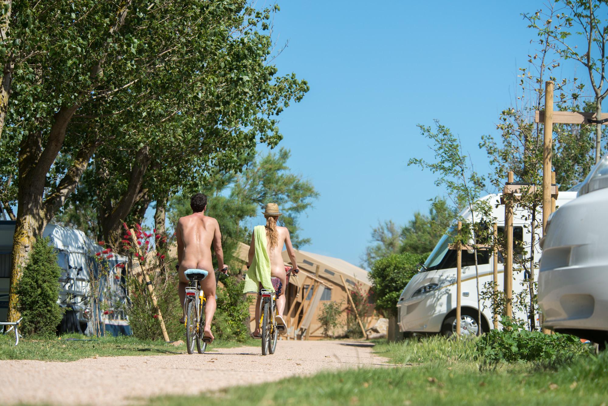 Couple en Vélo au camping Le Sérignan Plage Nature