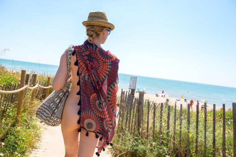 Jeune femme naturiste qui va à la Plage du camping Le Sérignan Plage Nature