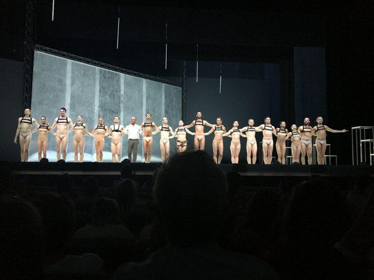"""A l'Opéra Berlioz / le Corum de Montpellier, fin du spectacle """"Extinction of a minor Species"""" de la compagnie Dresden Frankfurt Dance dirigée par Jacopo Godani"""