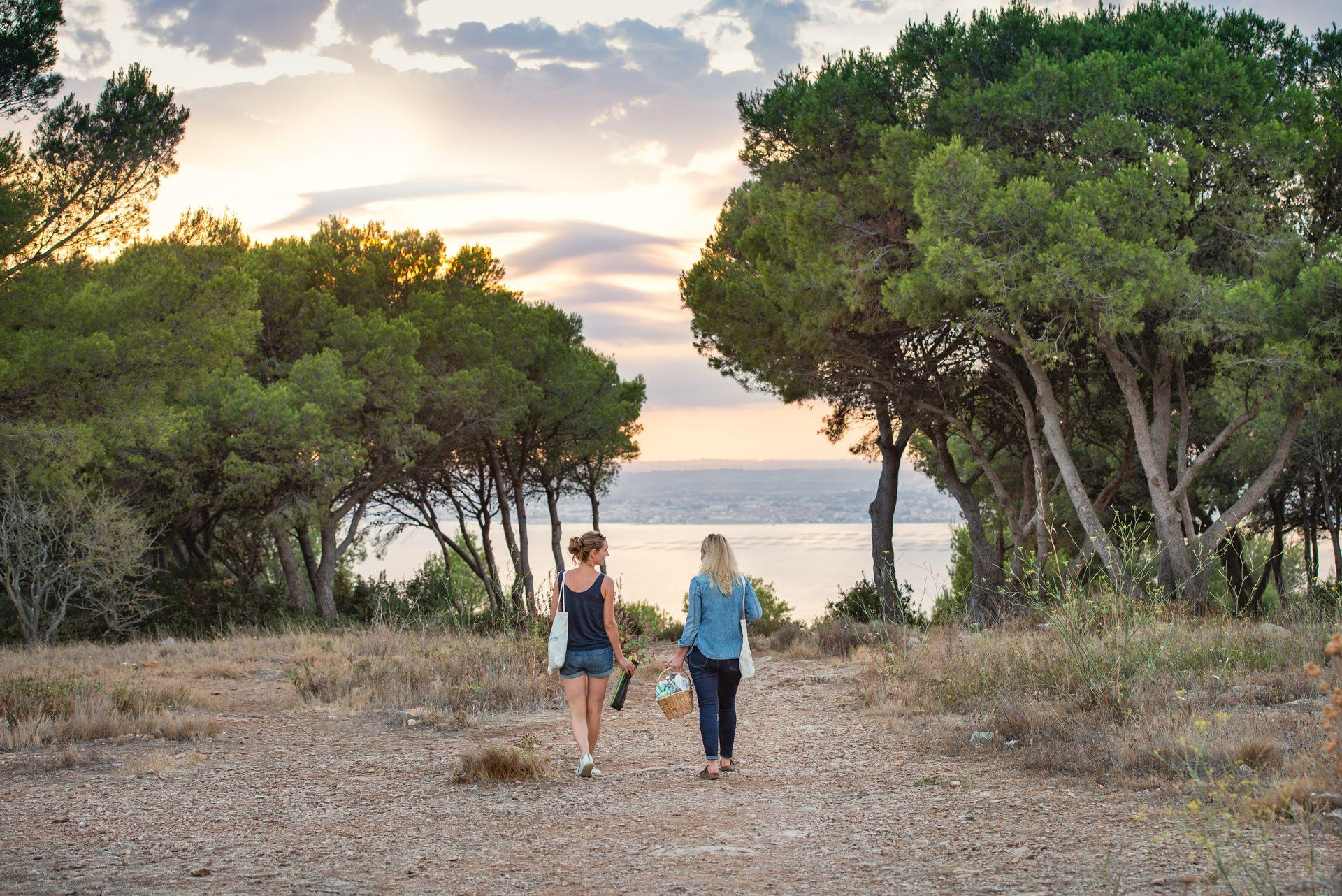 Coucher de soleil à la forêt des Pierres Blanches à Sète entre copines