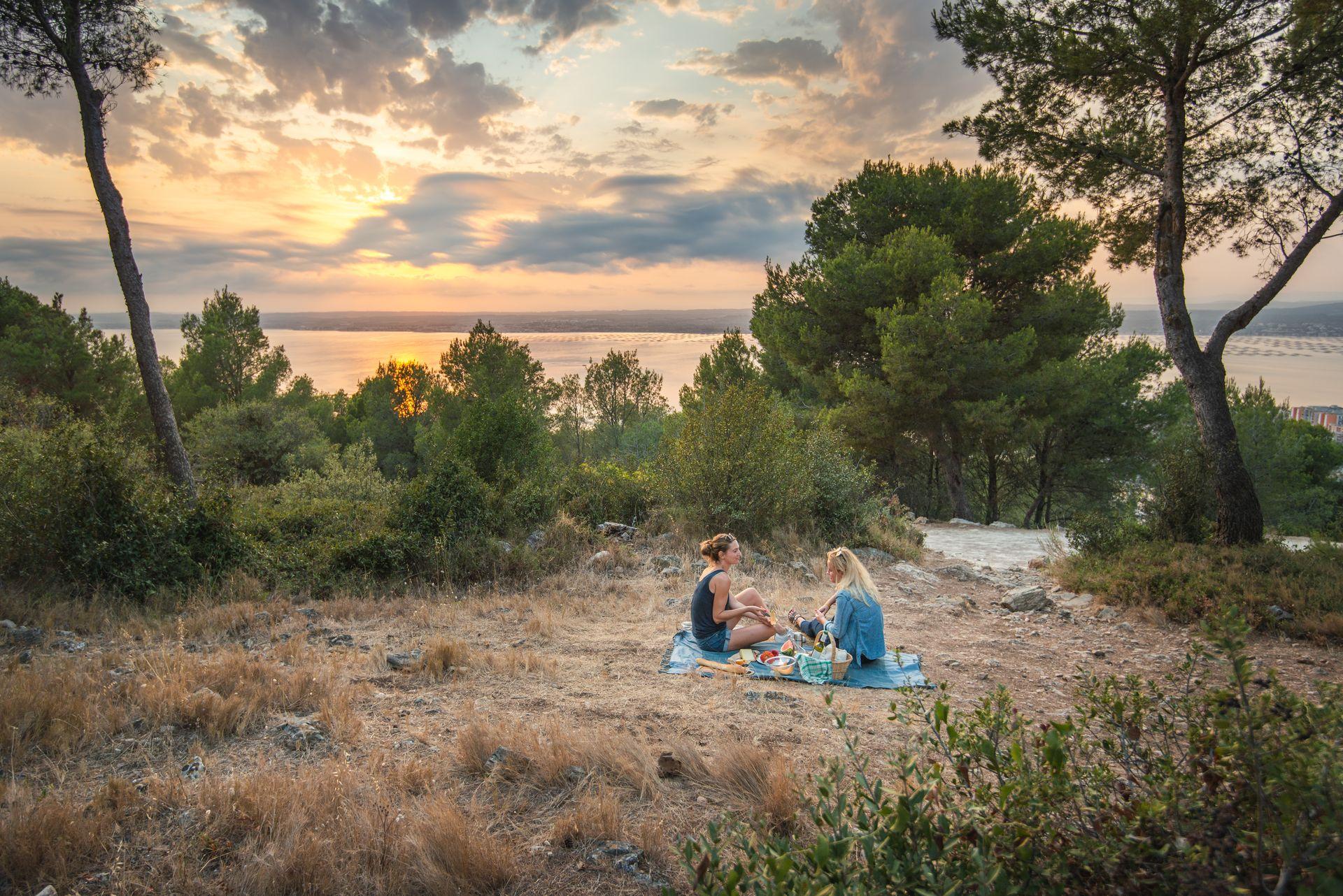 Pique nique entre copine au Coucher de soleil à la forêt des Pierres Blanches à Sète