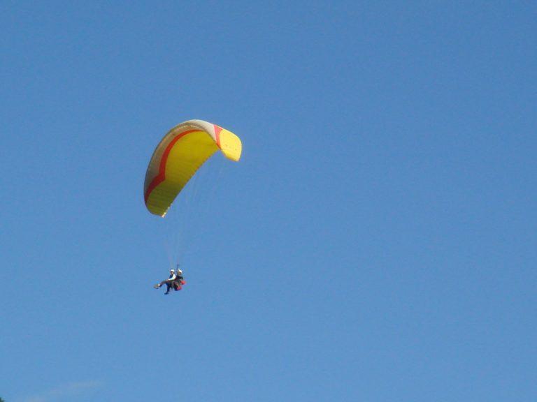Parapente dans les airs