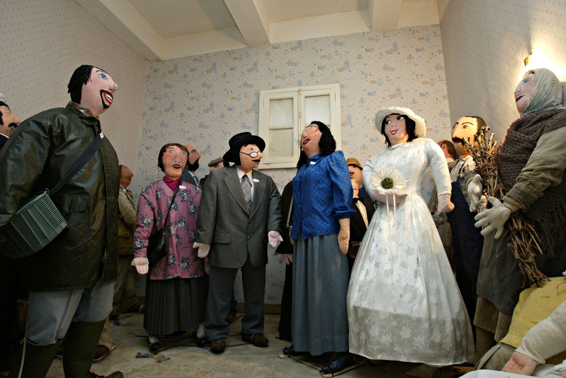 Petetas de Murviel Lès Béziers - Poupées de chiffon à taille humaine représentant des convives d'un mariage autour de la mariée